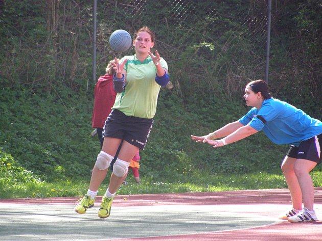 NEJLEPŠÍ STŘELKYNĚ dobrušských házenkářek Petra Laštovičková (na snímku s míčem) zaznamenala v utkání v Hlinsku devět gólů, ale krátce po přestávce odstoupila pro zranění
