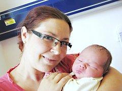 RADEK MORAVEC bude doma v Častolovicích s rodiči Jitkou a Josefem a bráškou Josefem. Světlo světa poprvé spatřil 24. července v 1.24 hodin. Po narození vážil 3,69 kg.
