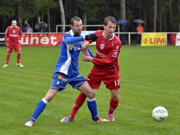Týnišťský záložník Jan Plašil (vlevo) bojuje o míč s jedním z hráčů rezervního týmu FK Pardubice.