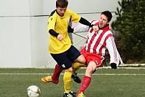 Tvrdý souboj o míč v podání novoměstského obránce Dominika Nejmana (vlevo) a Lukáše Nožky z Ohnišova.