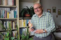 Jiří Mach s dárkem od výtvarnice Jarmily Haldové k 70. narozeninám.