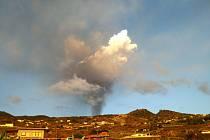 I ze vzdálenosti několika kilometrů je nad horami vidět kouř, který stoupá z vulkánu.