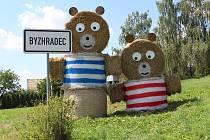 Pojďte pane, budeme si hrát. Vjezd do Byzhradce zdobí tentokrát obří medvědi z balíků slámy, které děti znají z pohádkových příběhů. Foto: Deník/Jana Kotalová