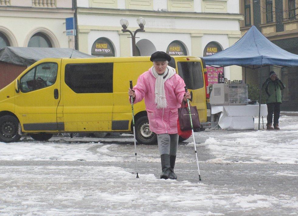 Někteří chodci pondělní ledovku odnesli svým zdravím. Pády jsou nebezpečné především pro starší lidi a důchodce.