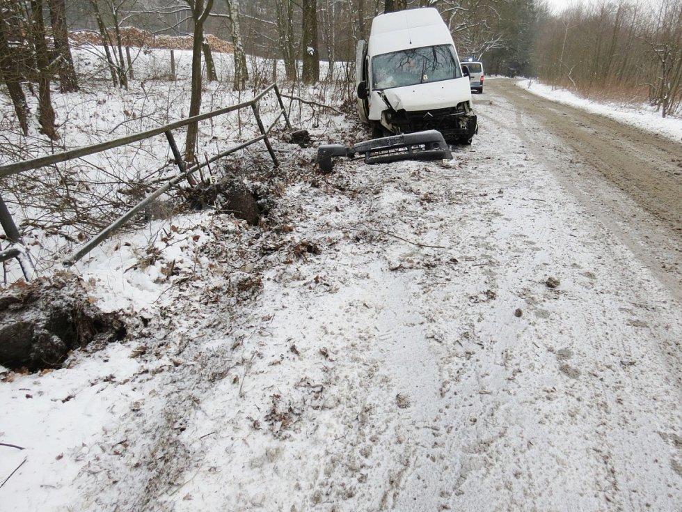 Řidič vozu značky Citroen Jumper narazil přední částí do kovového zábradlí.