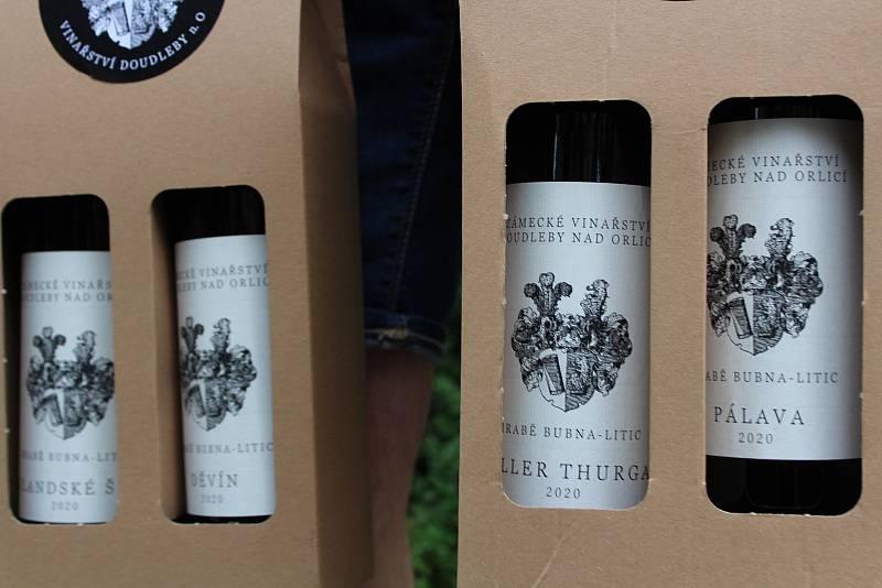 Z Burčákobraní u doudlebského zámku. Víno Zámeckého vinařství Doudleby nad Orlicí