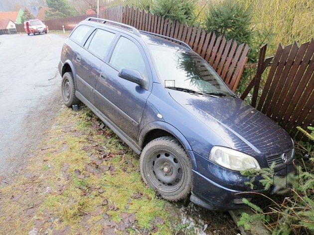 Osobní vůz Opel Astra porazil plot v Doudlebách nad Orlicí.
