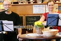 PŘÍJEMNÉ PROSTŘEDÍ a k tomu skvělá káva, domácí sladkosti i koncerty či výstavy. Kavárna Láry Fáry v Rychnově nad Kněžnou navíc pomáhá lidem s mentálním postižením.
