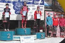 STUPNĚ VÍTĚZŮ  skiatlonu – mladší dorostenky (zleva): druhá Zuzana Holíková (SKI Skuhrov),  vítězná Tereza Beranová (Olfin Car – Vela Trutnov) a třetí Dominika Hanušová (ČKS SKI Jilemnice).