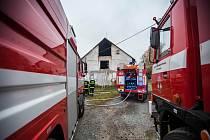 V Domašíně hořel opuštěný kravín.