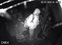 Poznáváte nočního zloděje? Ukradl peníze a smažené sýry.