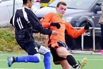 Rychnovští dorostenci (oranžové dresy) remizovali               v utkání krajského přeboru s Broumovem 2:2 a po úspěšném penaltovém rozstřelu získali bonusový bod.