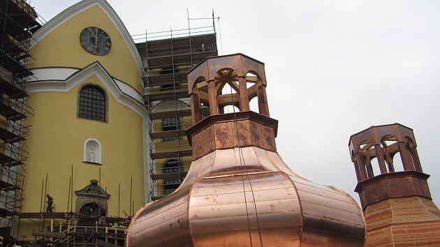 Kulaté báně se v těchto dnech dokončují hned vedle neratovského kostela.