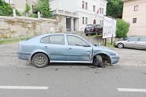 Řidič sedl za volant pod vlivem, poškodil vše, co se dalo, dokonce i další zaparkované auto.