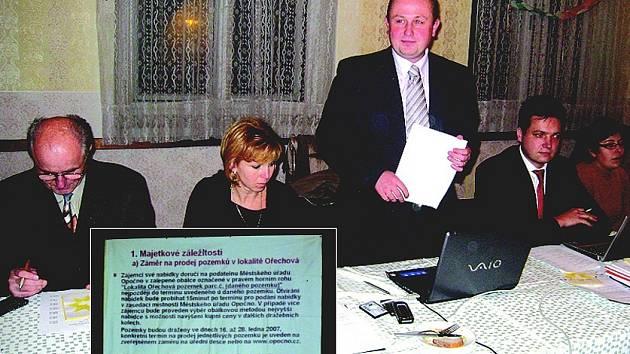 Zastupitelstvo a starosta Štěpán Jelínek (stojící).