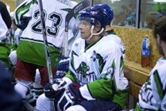 Dvanáct gólů vstřelili hokejisté Bílého Újezdu do sítě Legií. Dvěma trefami se na výhře podílel Pavel Petera (č. 21).