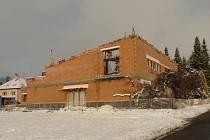 Také v zimních měsících pokračuje na okraji Bystrého v Orlických horách výstavba nové víceúčelové budovy. Ve svých útrobách pojme mateřskou školku i modlitebnu Církve bratrské.