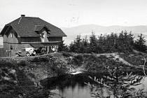 Turistická chata na Adamu byla pojmenována Kašparova podle Karla Slavomíra Kašpara, spoluzakladatele turistické župy Orlické. Snímek pochází z roku 1937.