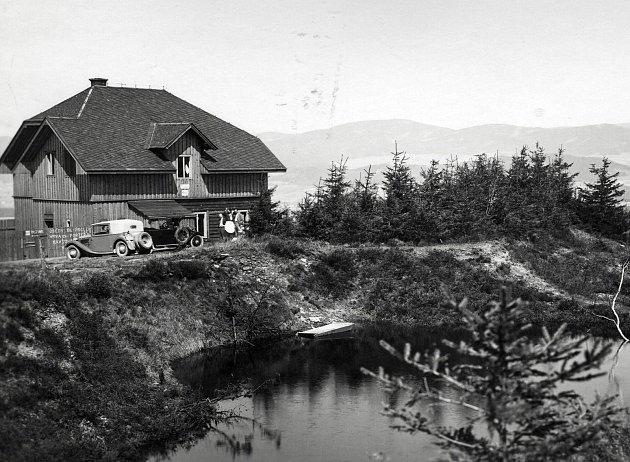Turistická chata na Adamu byla pojmenována Kašparova podle Karla Slavomíra Kašpara, spoluzakladatele turistické župy Orlické. Snímek pochází zroku 1937.