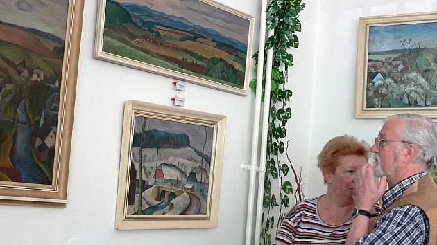 NA VERNISÁŽI obrazů Vlastimila Beneše návštěvníci obdivovali krajinky z okolí Rychnova nad Kněžnou.