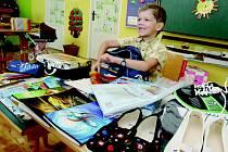 CENA ZA ŠKOLNÍ vybavení se pohybuje v řádu tisícikorun. Nejvíc zaplatí rodiče prvňáků, kteří nemají žádné pomůcky z minulých let. Prodraží se také přestup na druhý stupeň a střední školu.