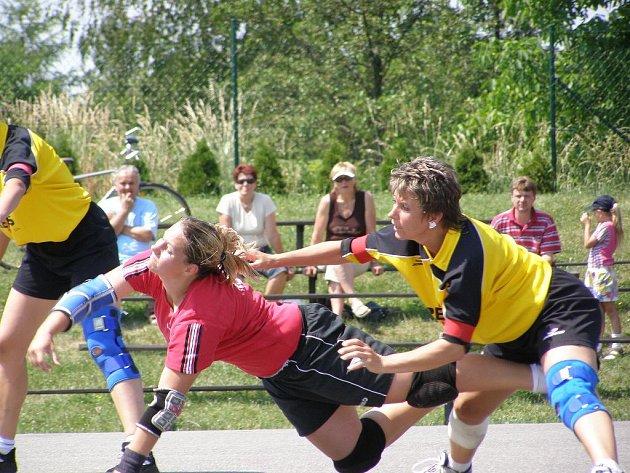 VELKÝ PODÍL NA POSTUPU DO PRVOLIGOVÉHO FINÁLE měla dobrušská útočnice Veronika Červinská (uprostřed na snímku ze druhého semifinálového střetnutí), která konto hlineckého družstva zatížíla ve dvou semifinálových zápasech celkem třinácti góly.