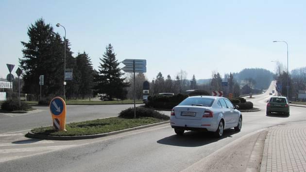 KRUHOVOU KŘIŽOVATKU řidiči mohou projíždět téměř rovně, to svádí k rychlé jízdě. Úsek je nebezpečný.