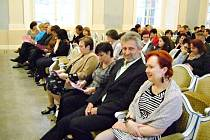 DOBRUŠŠTÍ PŘÁTELÉ A PŘÍZNIVCI Pavla Svobody zaujali v hledišti sálu Martinů v Lichtenštejnském paláci na Malostranském náměstí v Praze místa v první řadě.