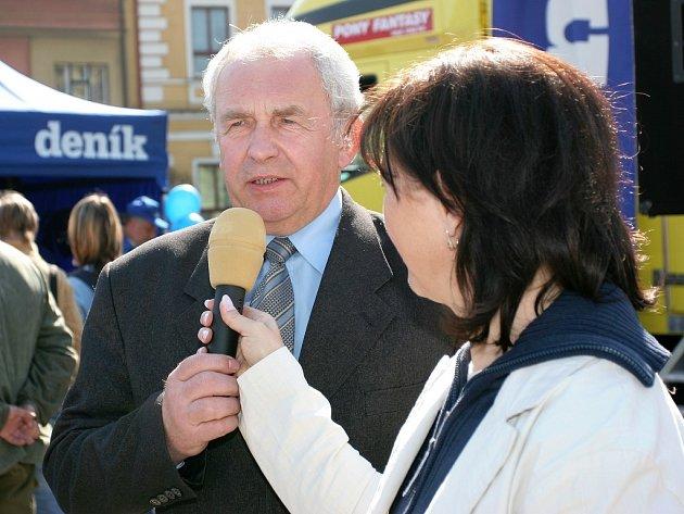Starosta Týniště nad Orlicí Jaroslav Matička hovoří o problému vybudování supermarketu.
