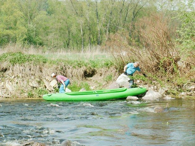 Z řeky vodáci vylovili bezmála 300 kilo odpadu