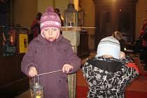 Betlémské světlo si odnášeli lidé také z dobrušského kostela sv. Václava.