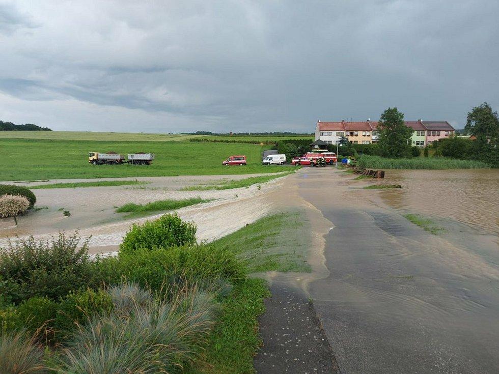 Na Mlýnském potoku. Voda ohrožovala dům. Zdroj HZS KHK