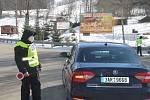 Před vjezdem do Deštného čekaly řidiče důkladné policejní kontroly.
