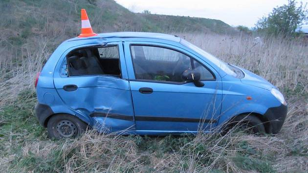 Řidič prorazil plot, nasedl do autobusu a nehodu zapil.