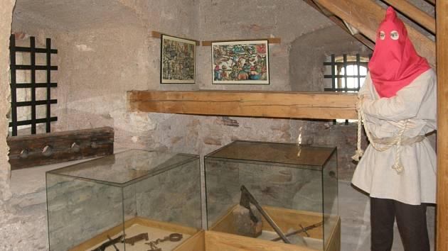 Mohutná postava kata nově zaskočí návštěvníky věže dobrušské radnice.