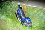 Střet motocyklu s osobní vozidlem: motorkář bohužel na místě zemřel.
