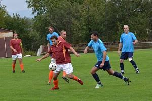 PĚT BRANEK vstřelilo Opočno do sítě hradecké Lokomotivy. Na snímku si Petr Musil kryje míč před hostujícími hráči.
