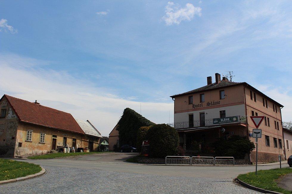 Na místě hostince je dnes hotel Slávie.