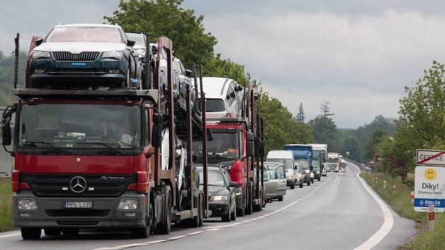 Na facebooku se objevují komentáře i fotografie kolon v Česticích poté, co byla uzavřena polovina kruhového objezdu.