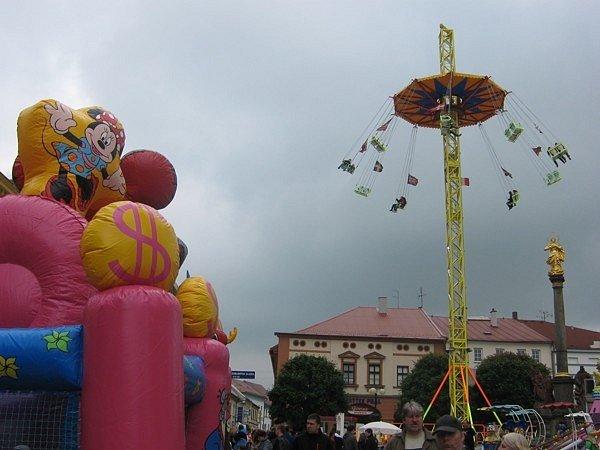 OPĚT PO ROCE ZAPLNILY ATRAKCE NÁMĚSTÍ v Dobrušce. O uplynulém víkendu přilákala pouť velké množství návštěvníků.