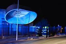 REKLAMNÍ POUTAČ ve tvaru bazénu se utrhl v Týništi nad Orlicí. Na místo okamžitě vyrazili hasiči. Netradiční zásah fotoaparátem zachytil Lukáš Müller.