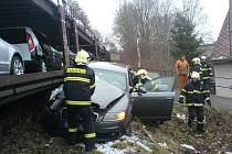 Rychnov nad Kněžnou: Řidič narazil do nákladního vlaku a od nehody utekl.