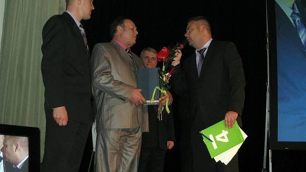 Cenu pro nejlepšího spintera na pódiu převzali trenér Zdeněm Mimra (vlevo) a František Vlasák (uprostřed).