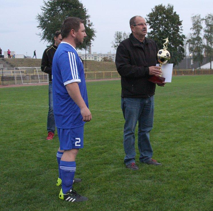 DEKOROVÁNÍ. Trofej předal vítěznému týmu předseda OFS Rychnov Miloš Židík.