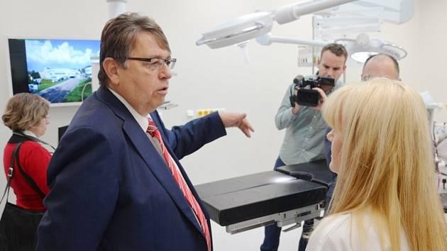 PŘEDSEDA PŘEDSTAVENSTVA náchodské nemocnice Zbyněk Chotěborský (vlevo) a Lubomír Franc, hejtman Královéhradeckého kraje během slavnostního otevření zrekonstruovaných operačních sálů ortopedie v oblastní nemocnici Náchod.