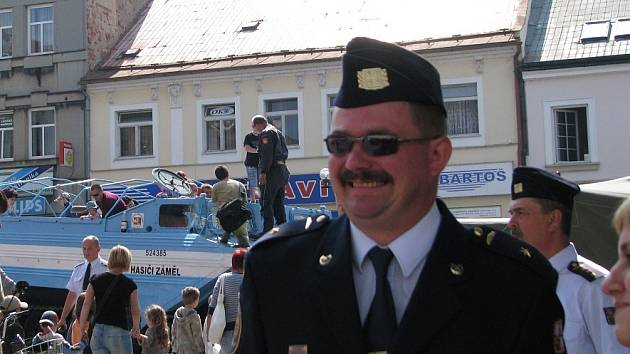 Martin Kubíček na Starém náměstí v Rychnově n. Kněžnou při vzpomínkové akci na povodně.