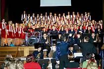 I PATNÁCTILETÉ VÝROČÍ oslavil Rychnovský dětský sbor a Mladý týnišťský big band spolu.