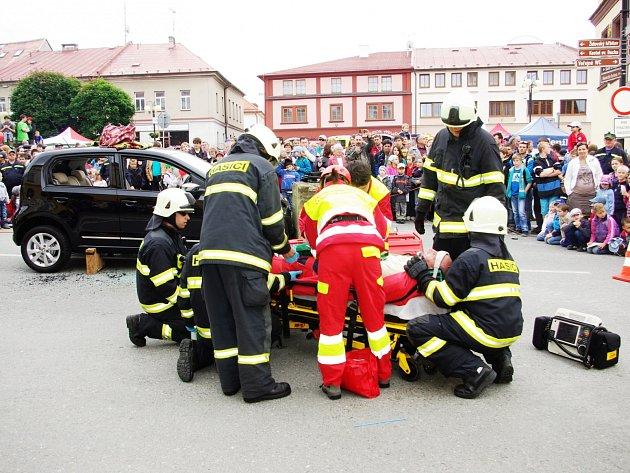 NA DOBRUŠSKÉM NÁMĚSTÍ SE VČERA PŘEDSTAVILI zástupci snad všech druhů bezpečnostních a záchranných složek. Zájem o jejich ukázky byl ze strany diváků opravdu veliký.
