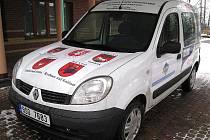 Zástupci oblastního spolku Českého červeného kříže převzali nový sociální vůz Renault Kangoo. Vůz je na šest let financovaný díky reklamám na kapotě. V době krize amenšího zájmu sponzorů se do projektu společnosti Kompakt poprvé zapojila i města.