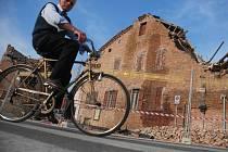 Jen suť  a polorozbořené budovy zůstaly jako memento zemětřesení, které před nedávnem otřáslo Itálií. Lidé se už nyní z katastrofy vzpamatovali a snaží se žít dál. Úklid trosek však potrvá ještě hodnou dobu. Navíc mnozí přišli o střechu nad hlavou a nyní